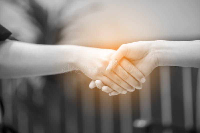 Junte-se às mãos de dois povos E o cumprimento dos amigos Commu fotos de stock