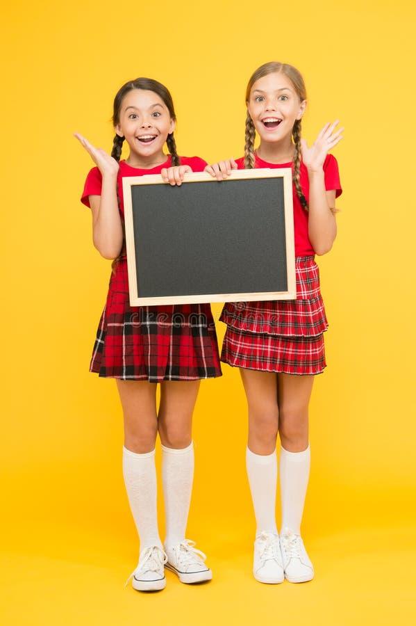Junte-se ao clube da escola A comunidade dos alunos Classes Cheerleading Programa??o da escola Posse uniforme vermelha dos alunos imagens de stock