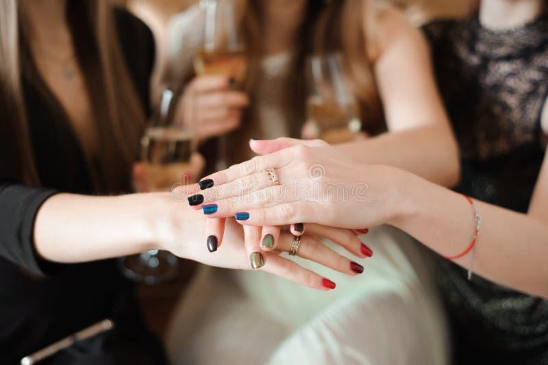 Junte-se ao conceito da união da caridade do cuidado da campanha do câncer das mãos imagens de stock