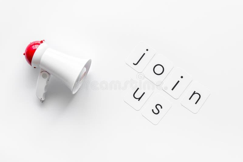 Junte-se ao símbolo de anúncio com megafone e texto na vista superior de fundo branco fotos de stock royalty free