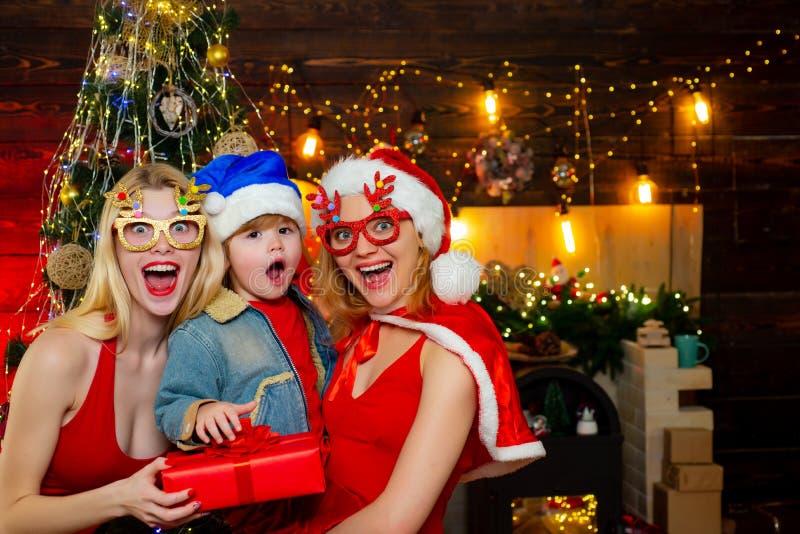 Junte-se ? celebra??o Divertimento da fam?lia do Natal Festa de Natal Vestidos vermelhos das mulheres para comemorar o Natal com  imagens de stock