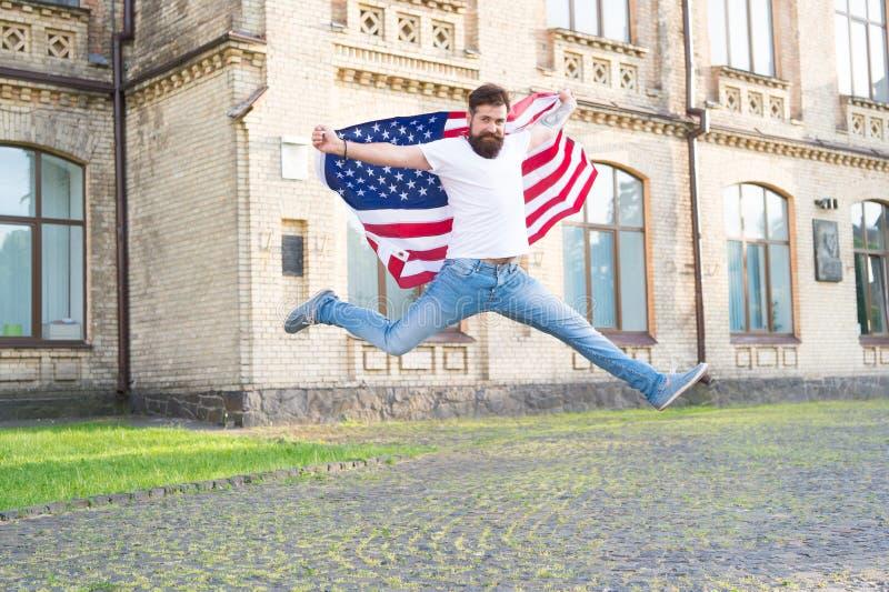 Junte-se ? celebra??o Indivíduo patriótico que expressa a felicidade na rua Esp?rito patri?tico Homem patriótico que salta com am imagem de stock