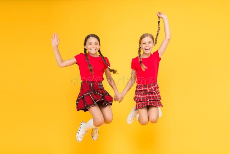 Junte-se ? celebra??o A menina das crianças veste vestidos quadriculados Feriado nacional Farda da escola Estilo escoc?s Amigos a fotos de stock royalty free
