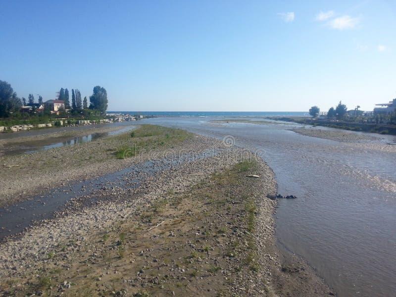 Junte-se do rio e do mar da montanha fotos de stock royalty free
