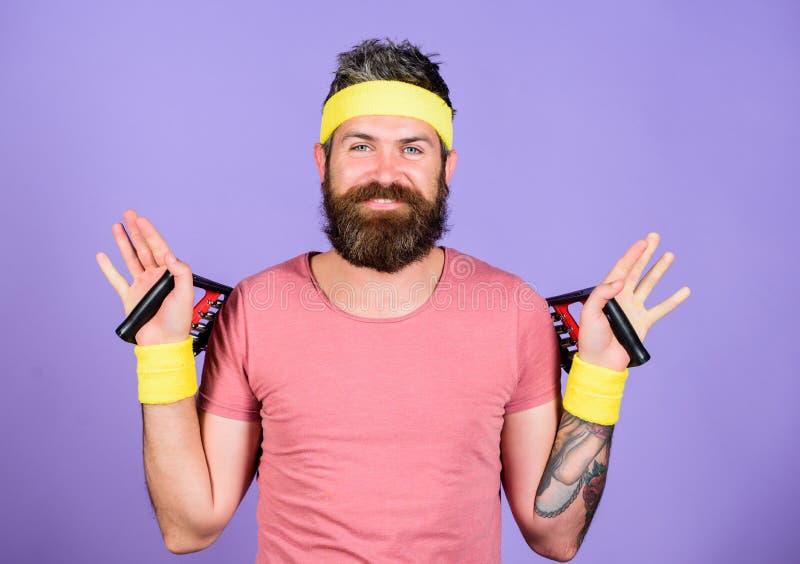 Junte-se a minha classe do esporte O desportista veste o fundo violeta do treinamento retro do equipamento Instrutor do esporte d imagem de stock
