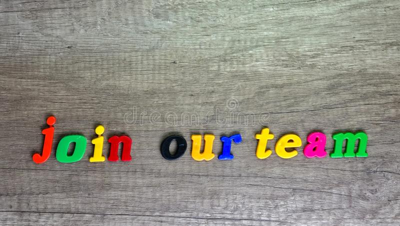 Junte-se a nossa equipe escrita com letras pl?sticas imagem de stock