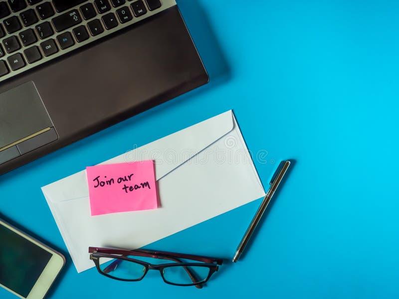 Junte-se a nossa equipe para ser mensagem na letra no fundo azul fotos de stock royalty free