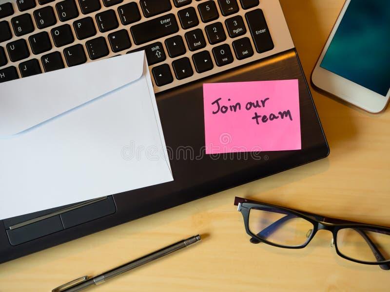 Junte-se a nossa equipe para ser mensagem na letra na tabela de madeira imagem de stock royalty free