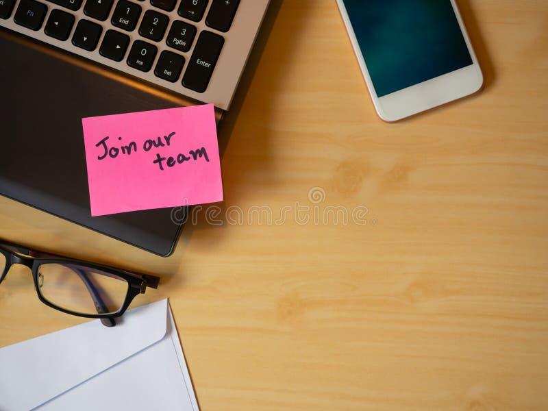 Junte-se a nossa equipe para ser mensagem na letra na tabela foto de stock