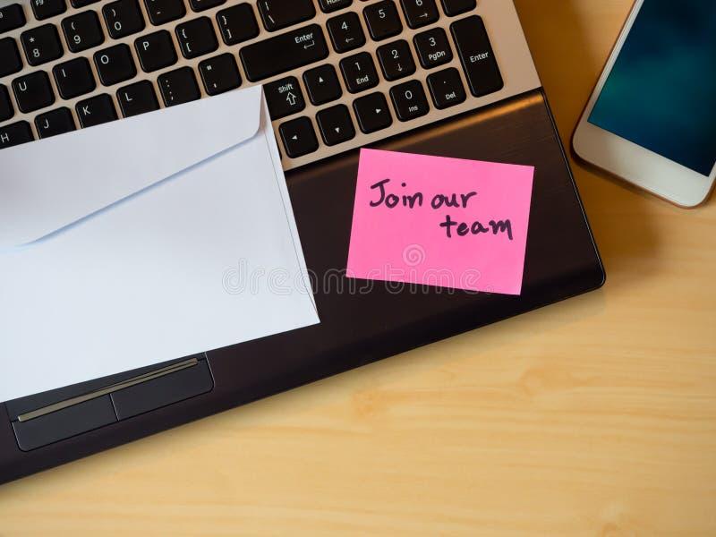 Junte-se a nossa equipe para ser mensagem na letra na tabela fotografia de stock royalty free