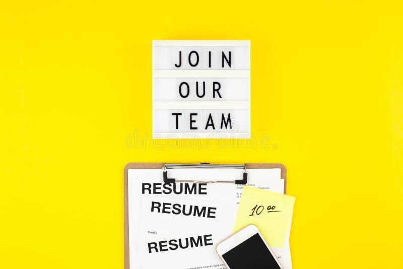 Junte-se a nossa equipe que o plano coloca no fundo amarelo fotos de stock