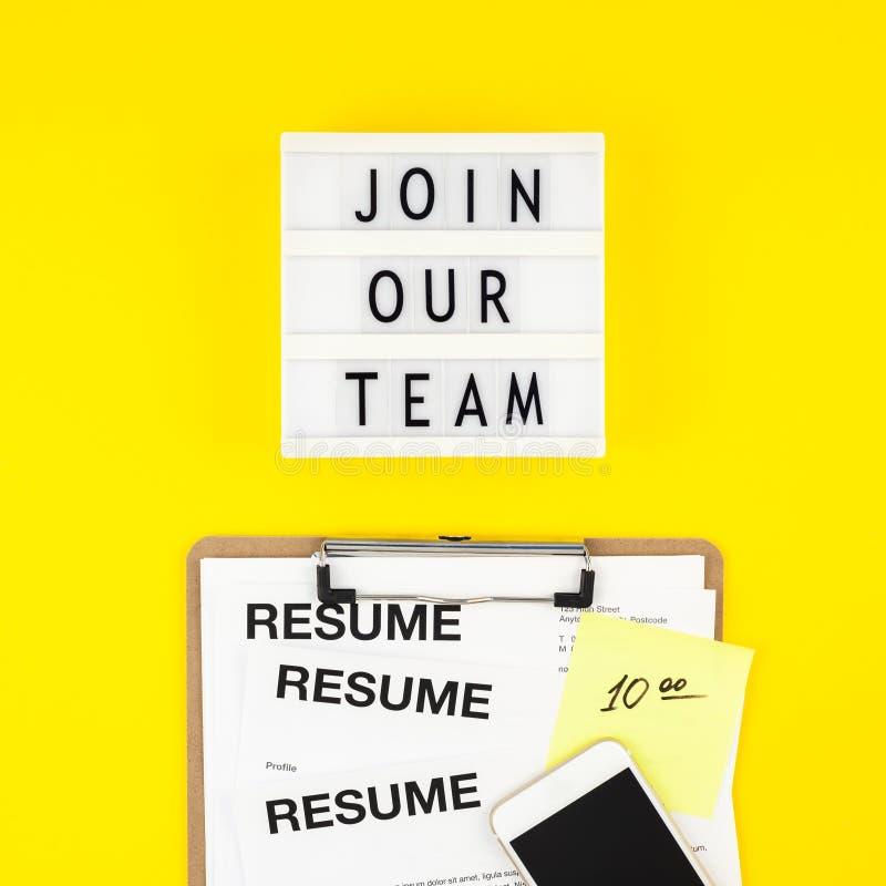 Junte-se a nossa equipe que o plano coloca no fundo amarelo fotografia de stock