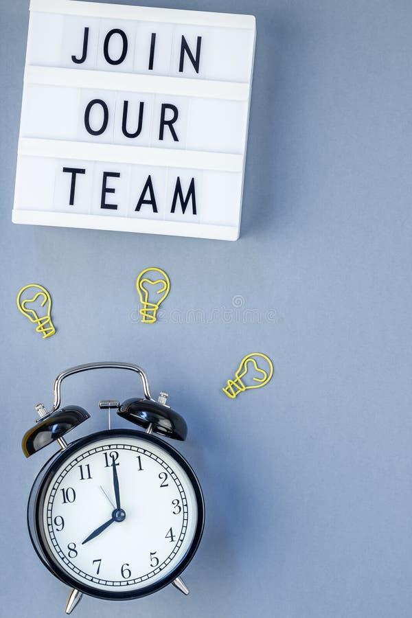 Junte-se a nossa equipe que o plano coloca no fundo azul fotos de stock