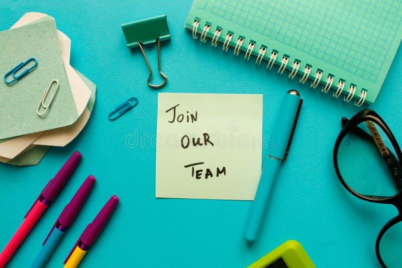 Junte-se a nosso conceito da equipe Opinião superior do local de trabalho do escritório, espaço da cópia foto de stock