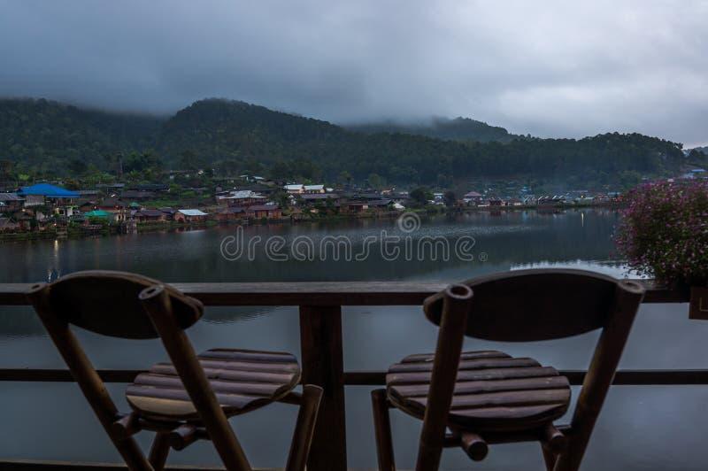 Junte Seat para mirar el paisaje del río en campo fotos de archivo libres de regalías