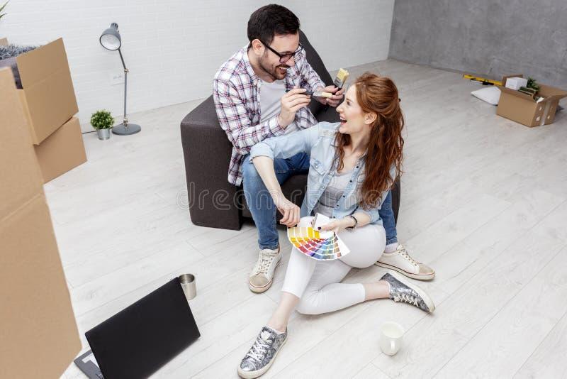 Junte sentarse en plano y el juego con los cepillos imagen de archivo libre de regalías