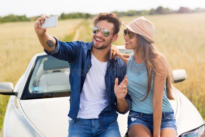 Junte tomar un selfie mientras que hacia fuera en un viaje por carretera imagen de archivo