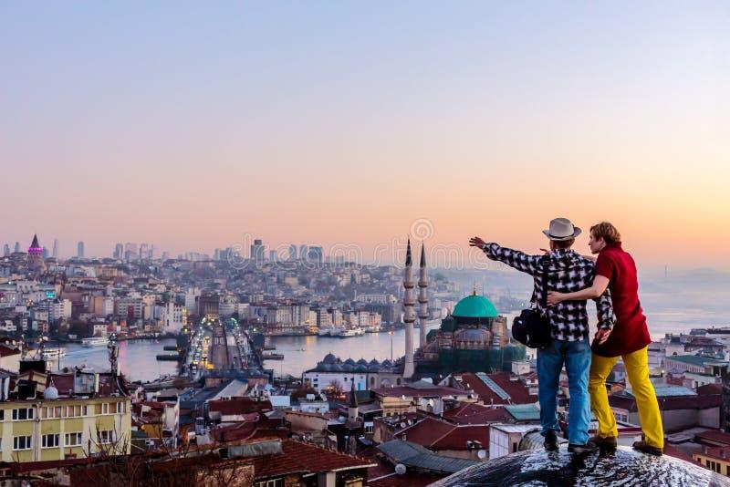 Junte viajar junto permaneciendo en el tejado y el paisaje urbano de desatención foto de archivo
