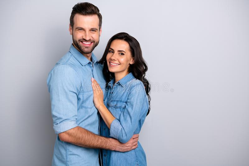Junto para sempre O retrato de esposos casados encantadores consideráveis dos povos isolou a sarja de Nimes vestindo alegre alegr imagens de stock royalty free