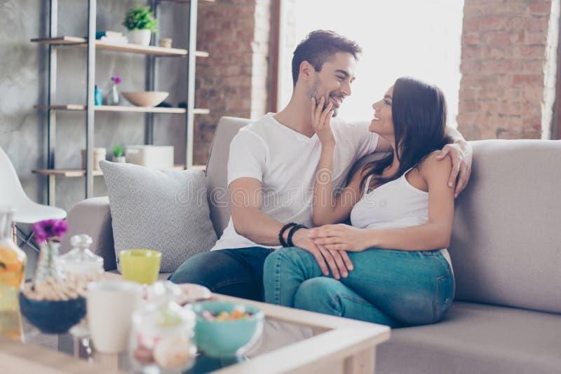 Junto para sempre Um par amantes bonitos novos são cuddlin foto de stock royalty free