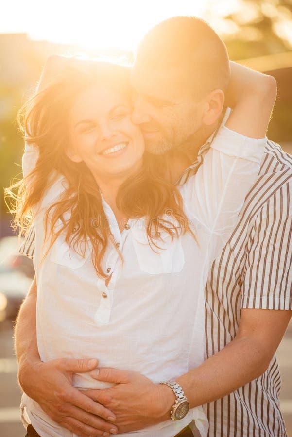 Junto - pares felices en amor imagenes de archivo