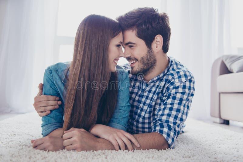 Junto por siempre Un par de amantes hermosos jovenes son o de mentira imágenes de archivo libres de regalías