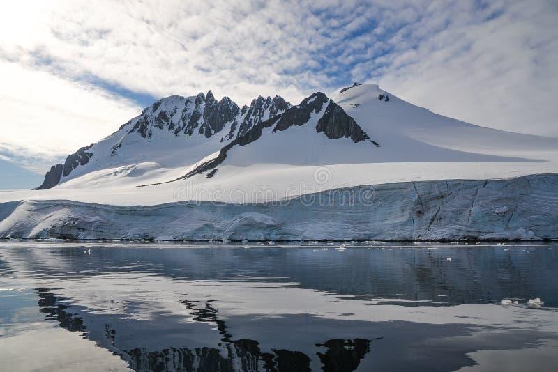 Junto a un glaciar y a una cordillera antárticos foto de archivo libre de regalías
