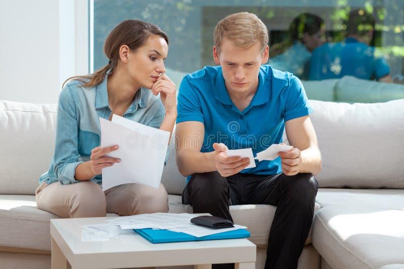 Juntos fazendo papelada, planejando orçamento familiar, calculando despesas domésticas. imagens de stock royalty free