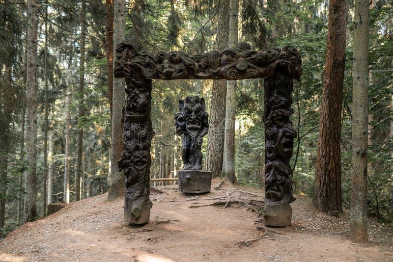 JUODKRANTE, LITHUANIE - AOÛT 2018 : Vieux portrait en bois de statue de sculpture, parc de colline de sorcière, Juodkrante, broch image libre de droits
