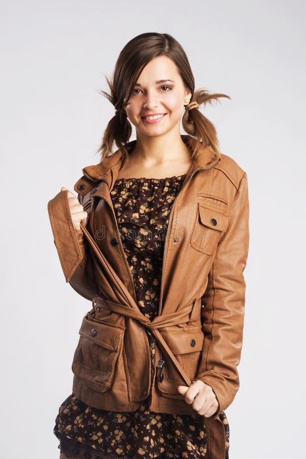 Jupe en cuir s'usante de jeune femme mignonne photos libres de droits