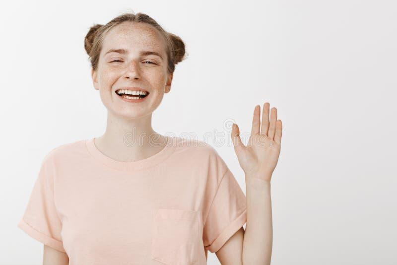 Jure dizendo somente a verdade Amiga europeia feliz bonita com as sardas e os olhos azuis, sorrindo alegremente e imagens de stock