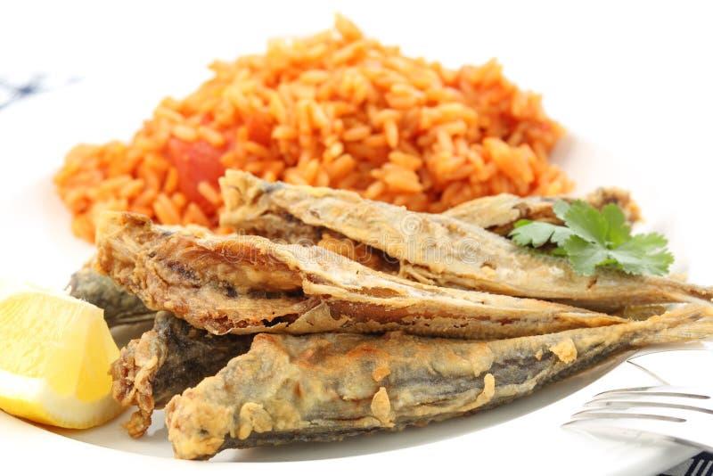 Jureles de Fried Atlantic con el tradit arroz-portugués del tomate fotografía de archivo