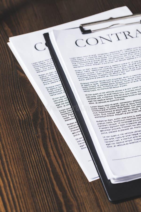 juridiska avtalsdokument på trätabellen, stock illustrationer