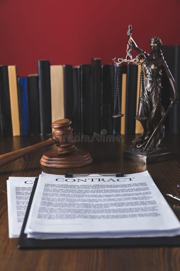 juridiskt avtal på trätabellen med hammare- och damrättvisa, arkivbilder
