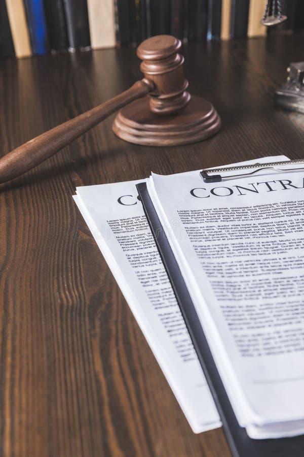 juridiskt avtal på trätabellen med hammaren, royaltyfri bild