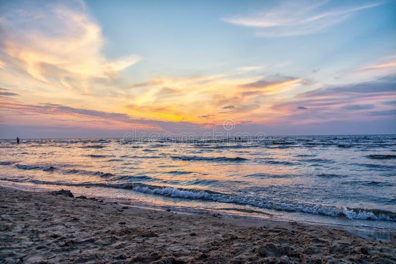 Jurmala,拉脱维亚2018-07-20 在Jurmala小市假期,由观看日落的海,美好的天空颜色 库存图片