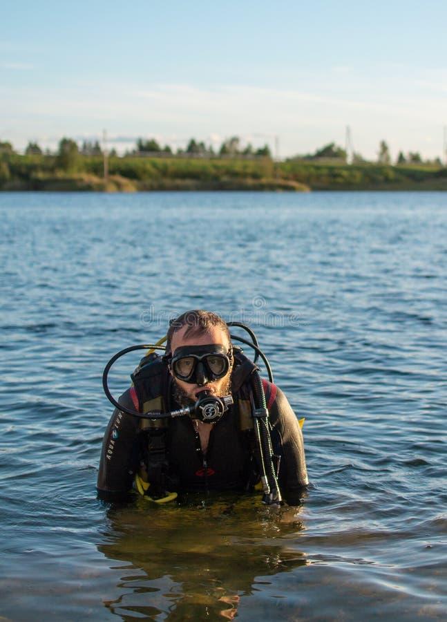 Jurmala,拉脱维亚- 08 22 2018年:人佩戴水肺的潜水在水中,夏时,爱好 免版税库存照片