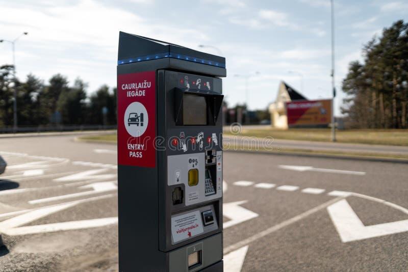JURMALA,拉脱维亚- 2019年4月2日:人们支付2 EUR进入城市 免版税库存照片