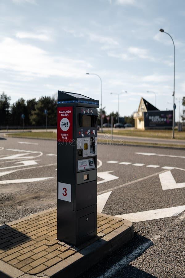 JURMALA,拉脱维亚- 2019年4月2日:人们支付2 EUR进入城市 免版税图库摄影