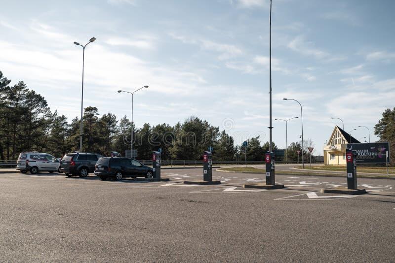 JURMALA,拉脱维亚- 2019年4月2日:人们支付2 EUR进入城市 库存照片