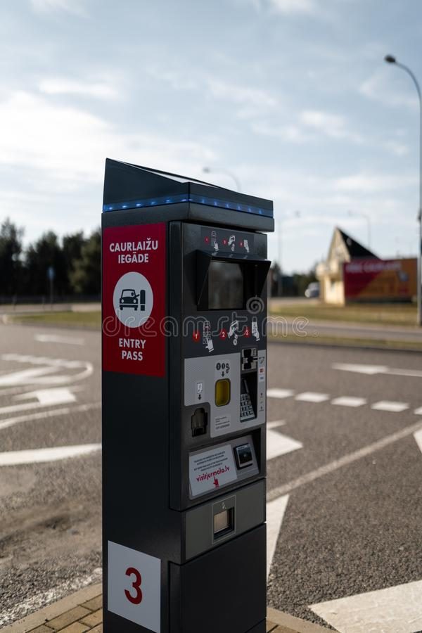 JURMALA,拉脱维亚- 2019年4月2日:人们支付2 EUR进入城市 库存图片