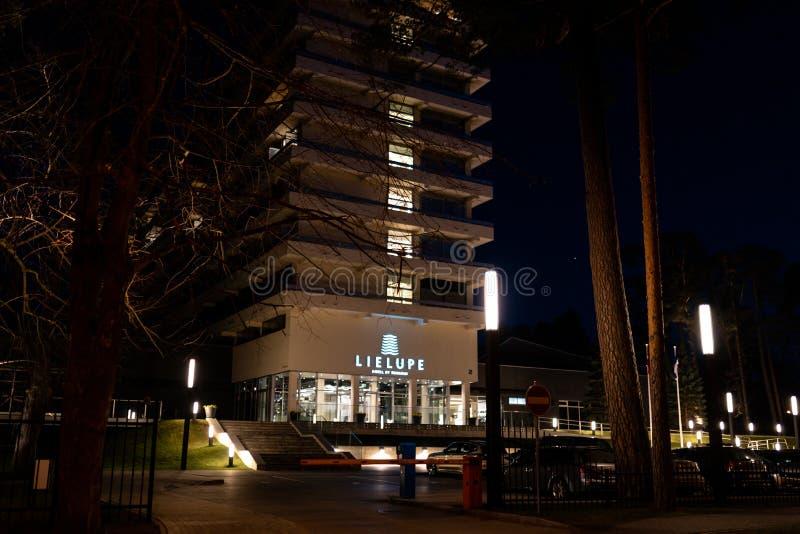 JURMALA,拉脱维亚- 2019年4月2日:Semarah旅馆利耶卢佩河在晚上-正门-人的普遍的会场 免版税库存照片