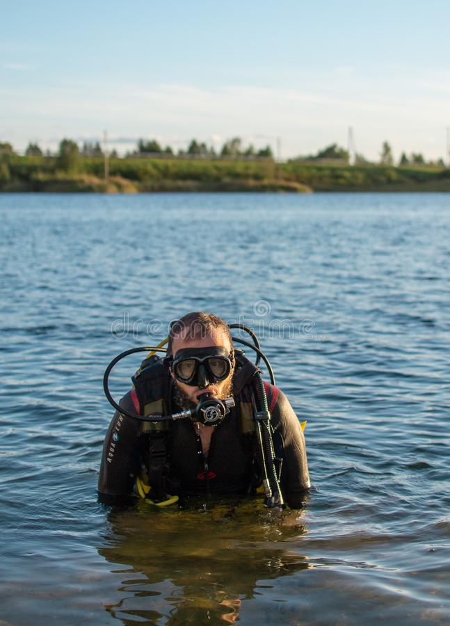 Jurmala, Λετονία - 08 22 2018: Σκάφανδρο ατόμων που βουτά στο νερό, θερινός χρόνος, χόμπι στοκ φωτογραφία με δικαίωμα ελεύθερης χρήσης