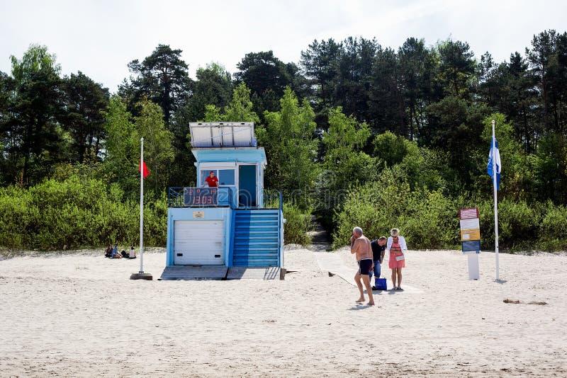 Jurmala Latvia, Maj, - 20, 2017: Ratownicza stacja z panel słoneczny na dachu Ratownik ogląda plażę zdjęcie royalty free