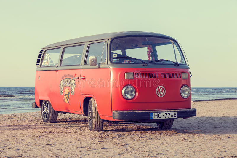 Jurmala, Letónia - 28 de maio de 2016: ônibus do vintage na praia foto de stock