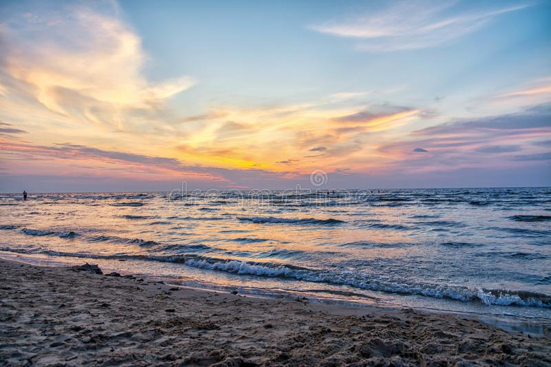 Jurmala, Letonia 2018-07-20 Vacation en la pequeña ciudad de Jurmala, igualando por el mar que mira la puesta del sol, los colore imagen de archivo