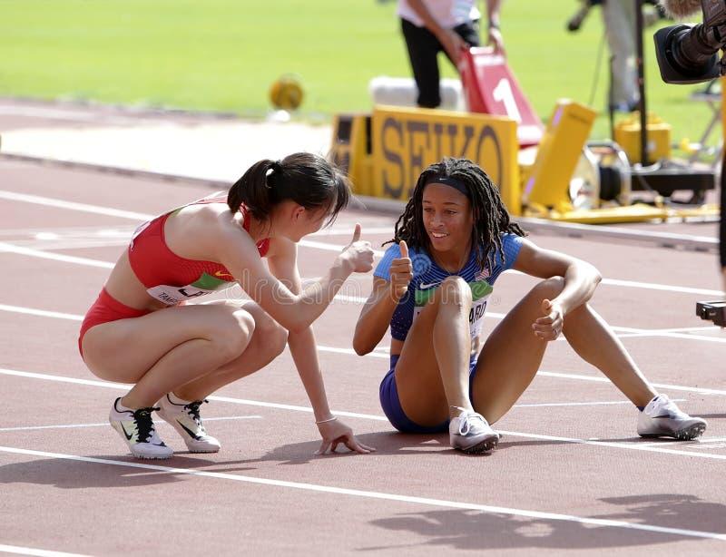 Jurnee Woodward y Lan de Tianlu después de obstáculos de 400 metros en el campeonato del mundo U20 de IAAF en Tampere, Finlandia  imagen de archivo libre de regalías