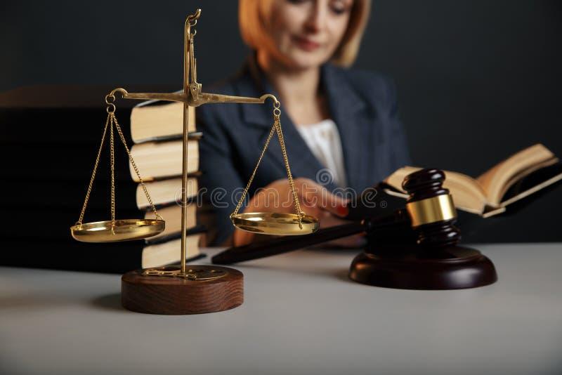 jurydyczny poj?cie Zbliżenie obrazek czytelnicza kobieta Młoteczek i skala na stole fotografia stock