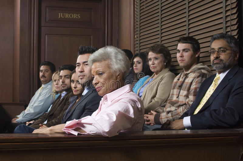Juryleden die in Rechtszaal zitten stock foto's