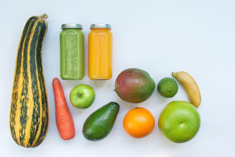 Jus crus végétariens de smoothies de concept de nourriture jeûnant pour la santé et la perte de poids photos libres de droits